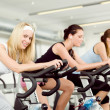 giovane donna fitness su spinning bike palestra — Foto Stock