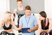 Młody fitness instruktor siłowni przędzenia — Zdjęcie stockowe