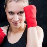 ボクシング トレーニング金髪女性スパーリング パンチング バッグ — ストック写真