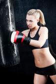 бокс подготовки женщина в тренажерный зал боксерской грушей — Стоковое фото