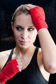 ポートレート - スパーリング トレーニング ブロンドの女性のボクシング — ストック写真