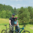 Sport mountain biking couple relax in meadows — Zdjęcie stockowe