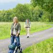 Hiking young couple backpack asphalt road countryside — Foto de Stock