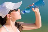 Lato sport sprawny kobieta napój woda butelkować — Zdjęcie stockowe