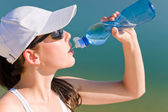 Summer sport fit woman drink water bottle — Foto Stock