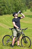 Sportive man mountain biking relax sunny meadows — ストック写真