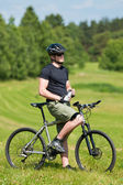 Sportive man mountain biking relax sunny meadows — Foto Stock