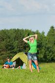 Camping paar jüngling gitarre spielen — Stockfoto