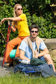 Hiking young couple backpack relax sunny day — Stock Photo