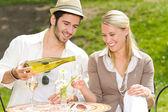 Pareja elegante restaurante terraza celebra día soleado — Foto de Stock