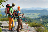 Hiking young couple point at panoramic view — Foto de Stock