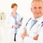 médico equipe sênior masculino jovem enfermeira — Foto Stock