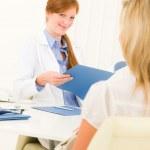 Ärztin Rücksprache mit Patient im Büro — Stockfoto