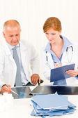 Arts team punt kijken naar x-ray — Stockfoto