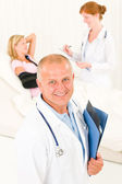 Medical doctors with hospital patient broken arm — Stock Photo