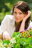 Letní zahradní květiny romantický pohled krásná žena — Stock fotografie