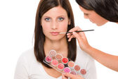 Kalıcı makyaj sanatçısı kadın manken ruj uygulayın — Stok fotoğraf