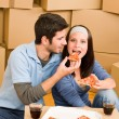Moving new home young couple eat pizza — Stock fotografie