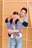 Nouvelle maison jeune heureux couple fermé les yeux — Photo