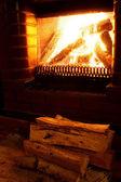 在晚间的温暖壁炉 foto — 图库照片