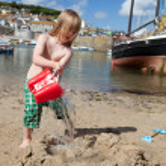 Child beach harbor Cornwall boat Mousehole — Stock Photo