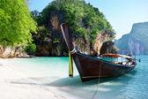 Long bateau à l'île en Thaïlande — Photo