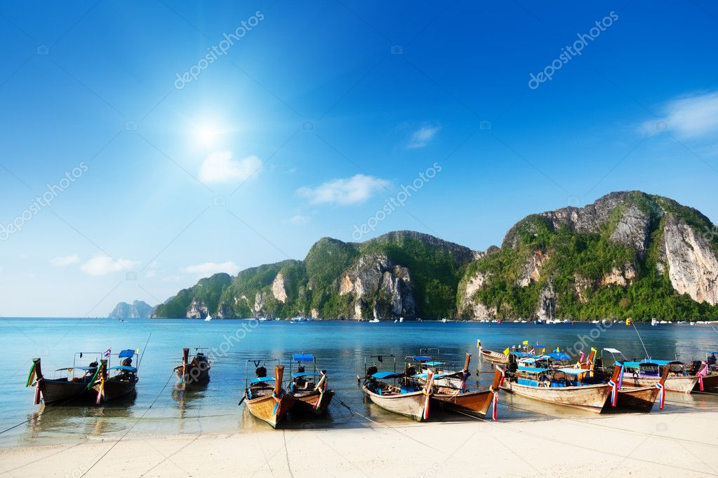 Boats on Phi Phi island Thailand — Stock Photo #5662389