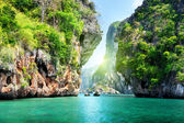 Felsen und meer in krabi thsiland — Stockfoto
