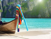 Boat on sand of Maya bay Phi phi island — Stockfoto