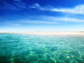 Sahilde deniz ve ada — Stok fotoğraf