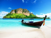 длинные лодки и пода остров в таиланде — Стоковое фото