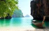 Barco largo en la isla en tailandia — Foto de Stock