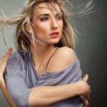 porträt eines schönen mädchens mit flugfähigkeit blondes haar — Stockfoto