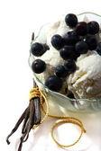 Vanilla ice cream with fresh berries. — Stock Photo