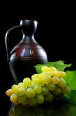 Bunch of grapes and a pitcher. — Стоковое фото