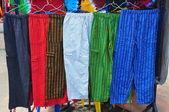 Calças artesanais coloridas no mercado tradicional — Fotografia Stock
