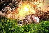 在绿色草地上,情侣 — 图库照片
