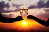 眼镜与香槟酒日落时可以缓解压力 — 图库照片