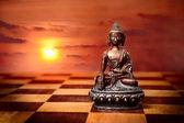 Bronzen boeddha op schaken bureau verdieping — Stockfoto