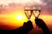 Brýle s champers při západu slunce — Stock fotografie