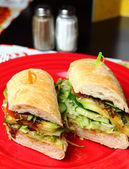 Sandwiches sur une plaque rouge — Photo