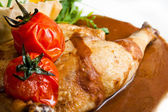 Roast chiken with red tomatos — Stock Photo