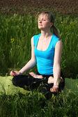 Junge frau tun yoga — Stockfoto