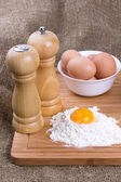 Evi tavuklar, tuz ve biber ile buğday yumurta sarısı, un mutfağı üzerine bir — Stok fotoğraf