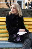 Portrét krásná mladá blondýnka v parku — Stock fotografie