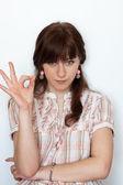 Porträt eines schönen jungen mädchens gestikulieren ok zeichen über — Stockfoto