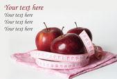 Tres manzanas rojas jugosas y cinta métrica — Foto de Stock