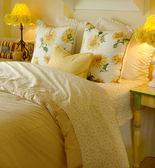 Yellow daisy bedroom — Stock Photo