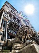 Stein löwe steht wache in der kathedrale von st. lorenzo — Stockfoto