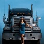 junge hübsche Mädchen vor riesige Ladung LKW posiert — Stockfoto